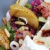 Salat mit Karamell-Birnen und Weichkäse