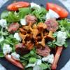 Pfifferling-Mozzarella-Salat mit Salsiccia