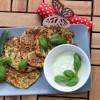 Zucchini-Käse-Puffer mit Feta-Creme (Low Carb)