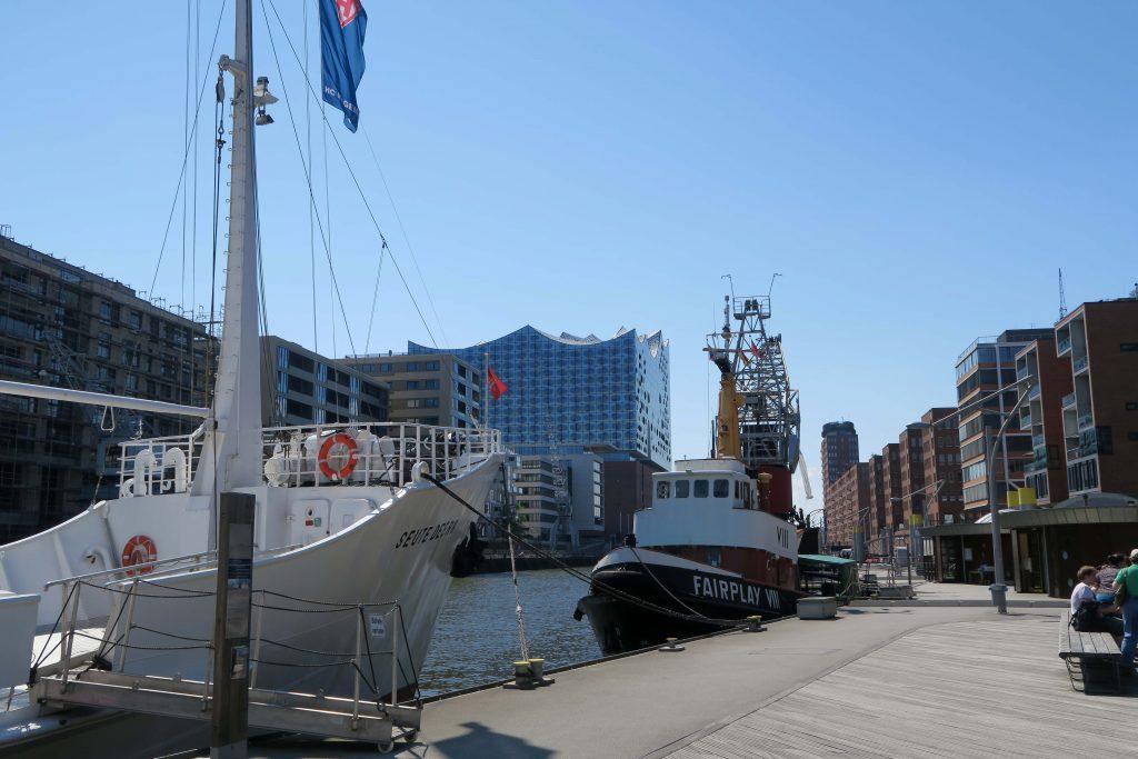 12 Samstag in Hamburg Hafencity Elbphilharmonie Segelschiff