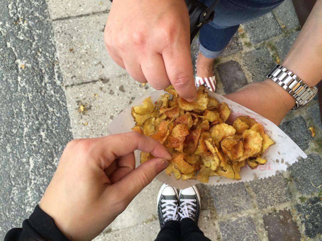 Unterwegs gesundkalorienarm Essen - Frische Chips teilen - www.beautybutterflies.de