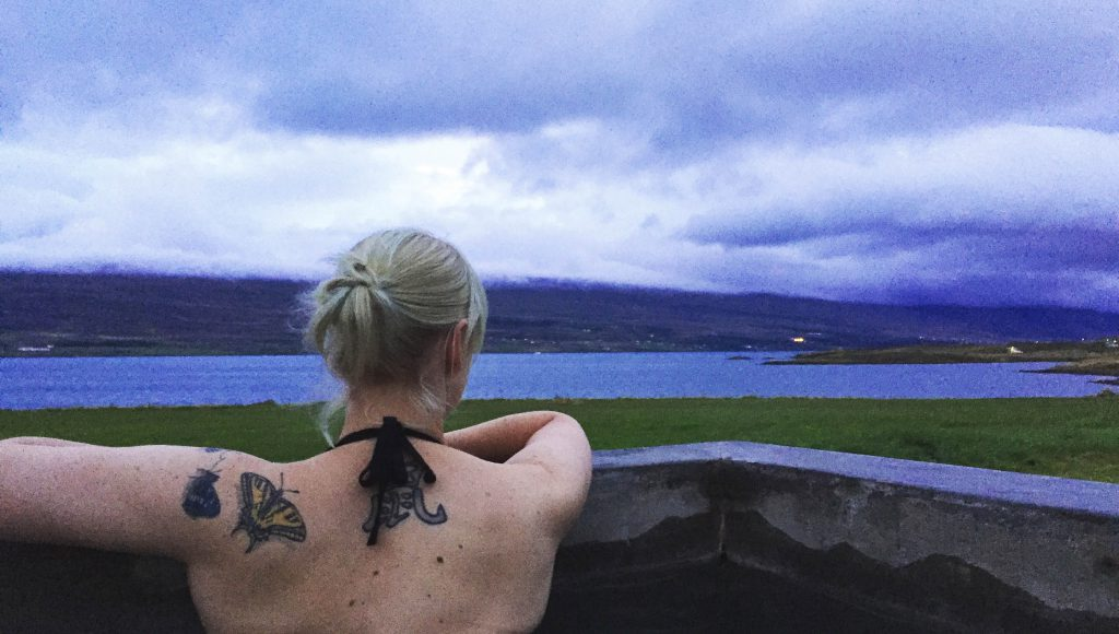 island-roadtrip-hot-tub-pool-akureyri-guesthouse-www-beautybutterflies-de