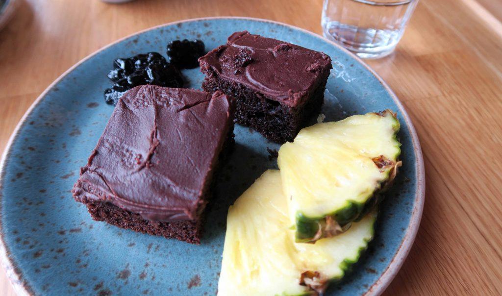 23-icelandair-hotel-reykjavik-marina-breakfast-chocolate-cake-wwwbeautybutterflies-de